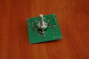 Блок управления осью поворотного устройства с поворотным узлом магнита