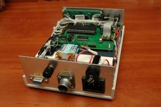 Задняя панель с разъёмами для подключения поворотного устройства, кабеля COM-порта, питания и заземления контроллера, предохранителя